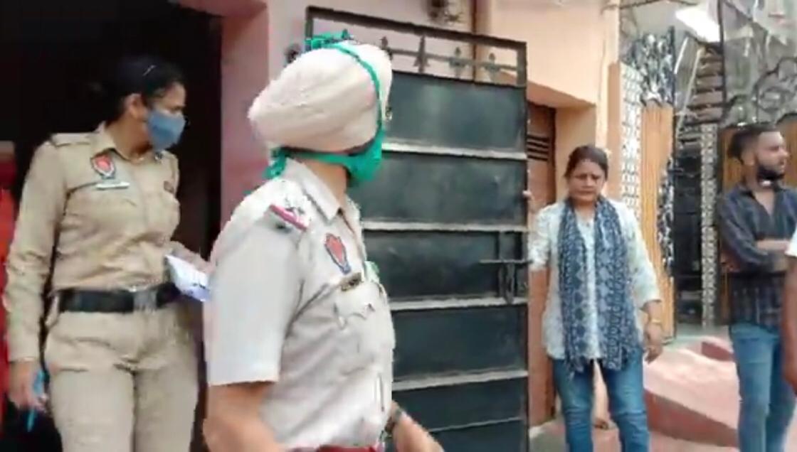 जांच के लिए पहुंचे पुलिसकर्मी।