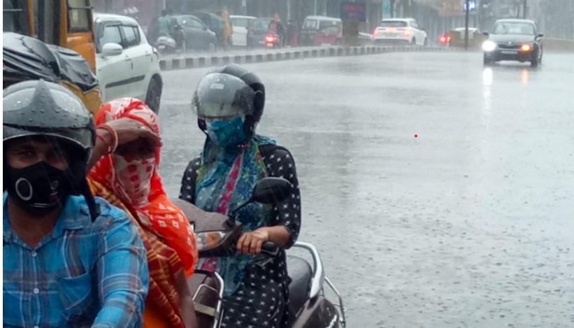 बारिश का पानी सड़क पर भरने से वाहन चालकों को परेशानी हुई।