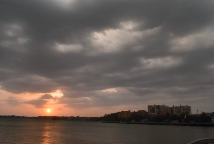 शाम के समय शहर में इस तरह बादल छाने लगे थे।