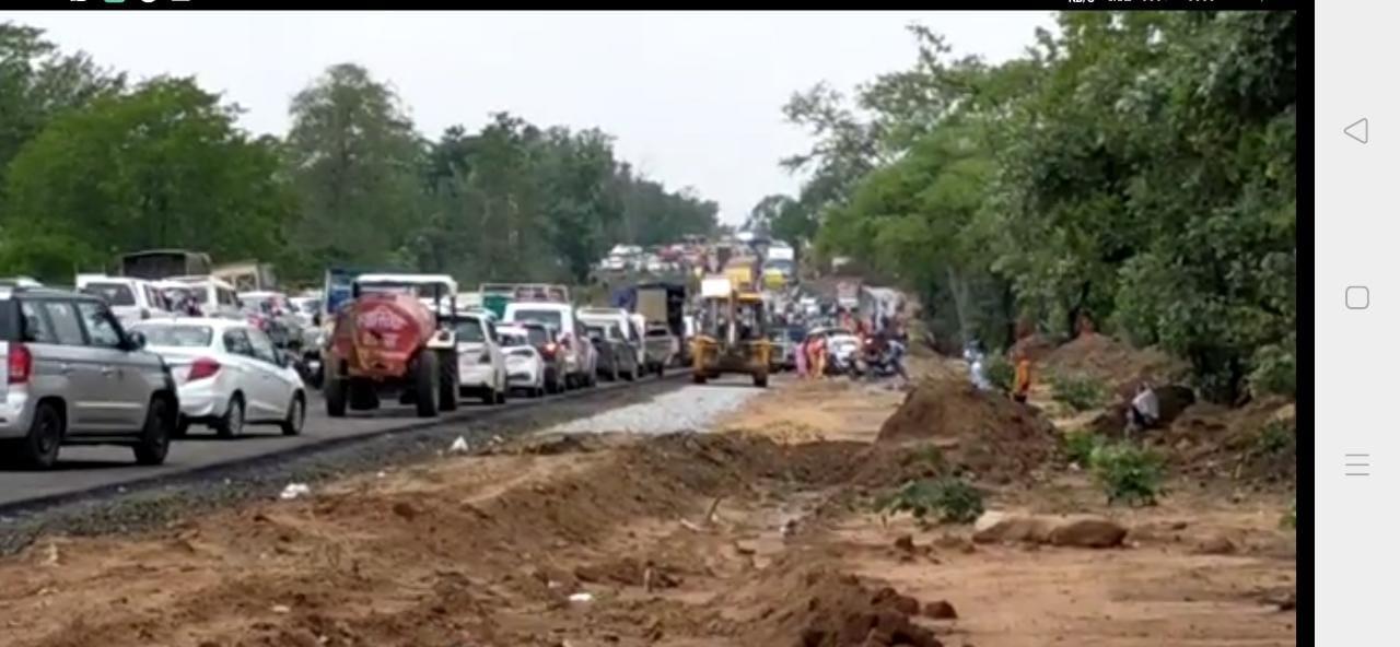 जाम में फंसी एम्बुलेंस, दोपहर 3 बजे शुरू हुआ आवागमन, वाहनों की लगी कतार होशंगाबाद,Hoshangabad - Dainik Bhaskar