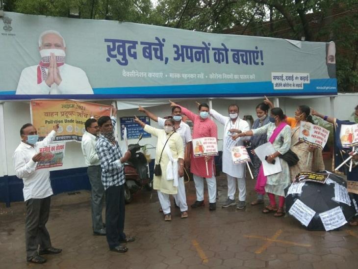 कांग्रेस कार्यकर्ताओं ने पेट्रोल पंपों पर लगे प्रधानमंत्री नरेंद्र मोदी की तस्वीरों वाले पोस्टर के सामने जमकर नारेबाजी की।