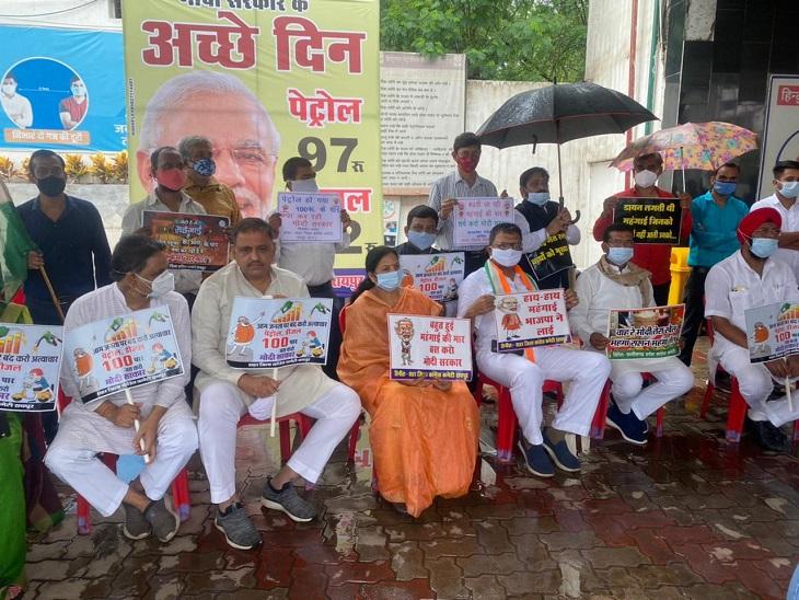 बरसते पानी में विरोध जताने पेट्रोल पंप पर बैठे प्रदेश अध्यक्ष, बड़ा जमावड़ा नहीं हुआ; अलग-अलग समूहों में शहर भर में हुए प्रदर्शन|रायपुर,Raipur - Dainik Bhaskar