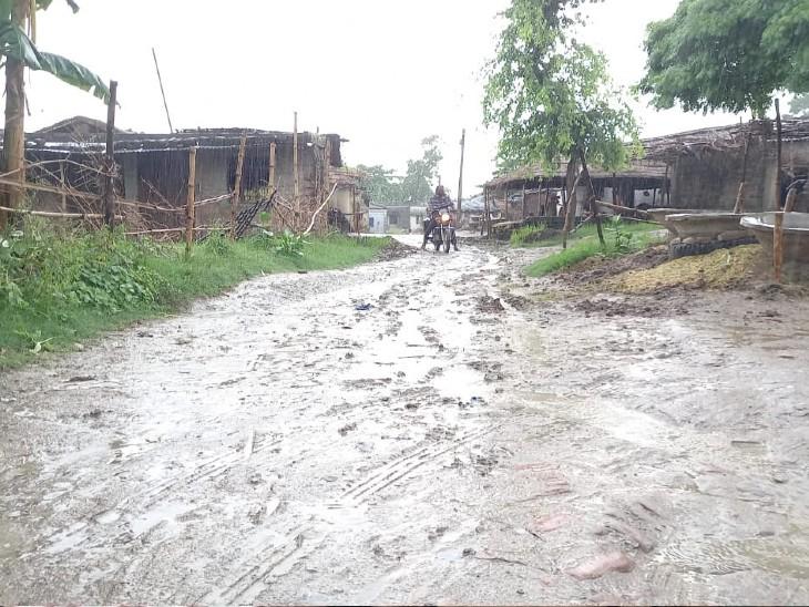 बेतिया के अहिरटोली गांव के लोगों को आज भी नसीब नहीं है पक्की सड़क, NH से महज 2 किमी की दूरी|बिहार,Bihar - Dainik Bhaskar