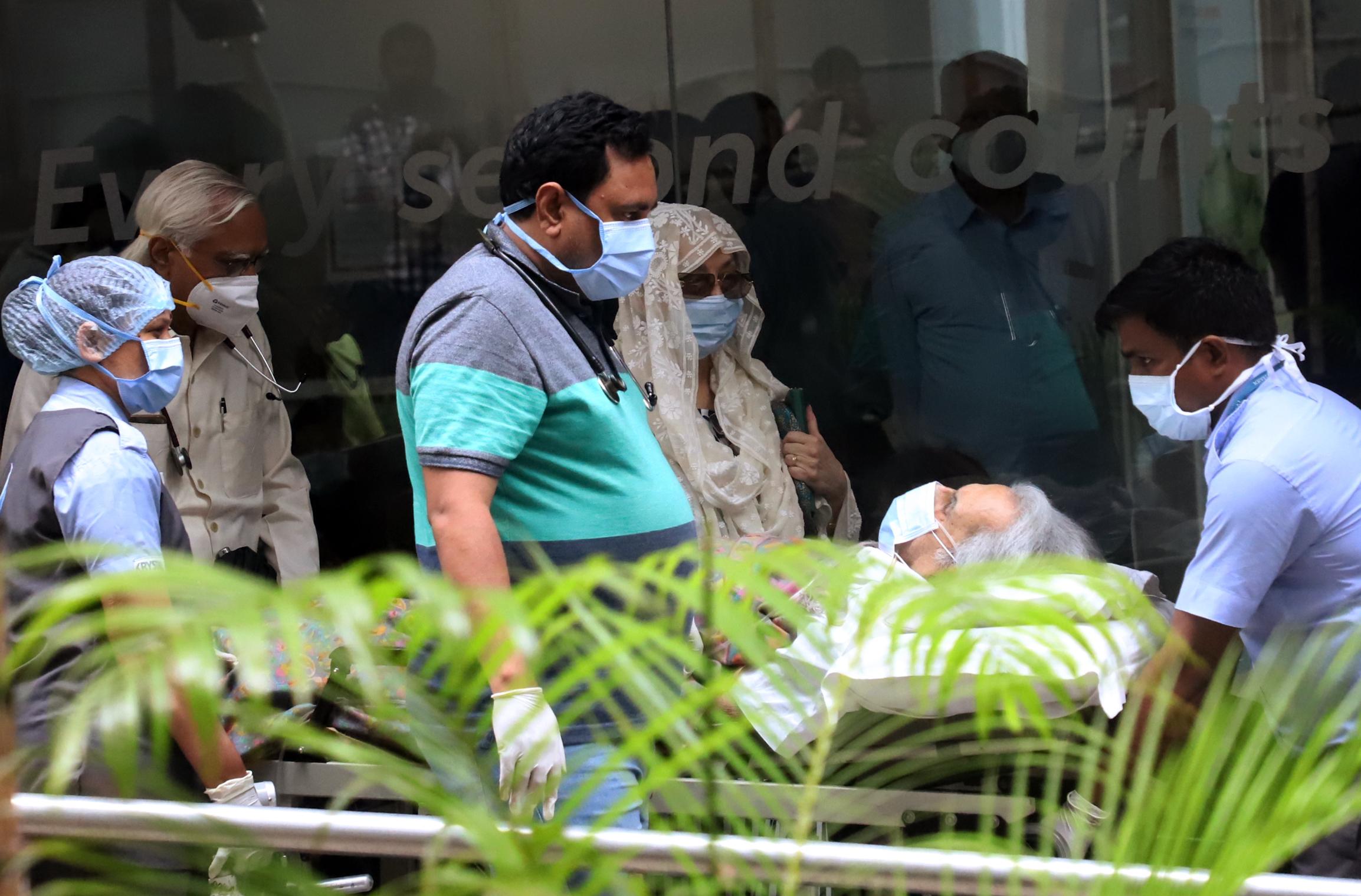 शुक्रवार को जिस वक्त दिलीप कुमार को अस्पताल से बाहर लाया गया, उस वक्त मुंबई में बारिश हो रही थी।