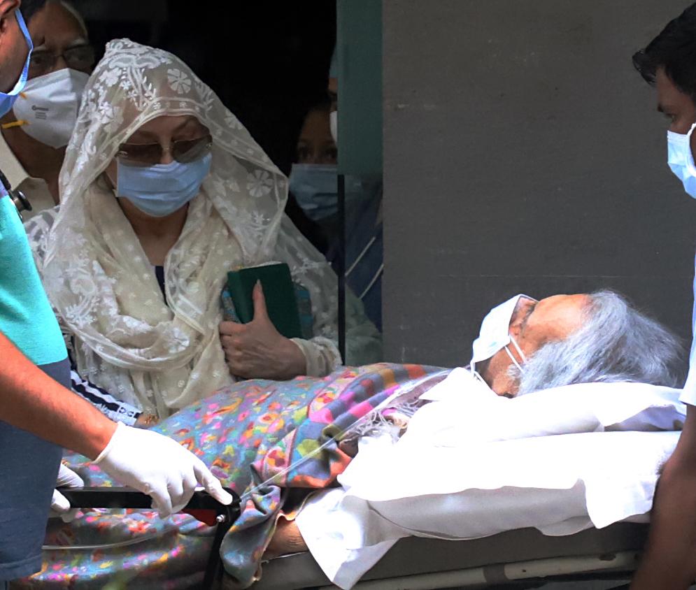 अस्पताल के बाहर दिलीप कुमार और सायरा बानो।
