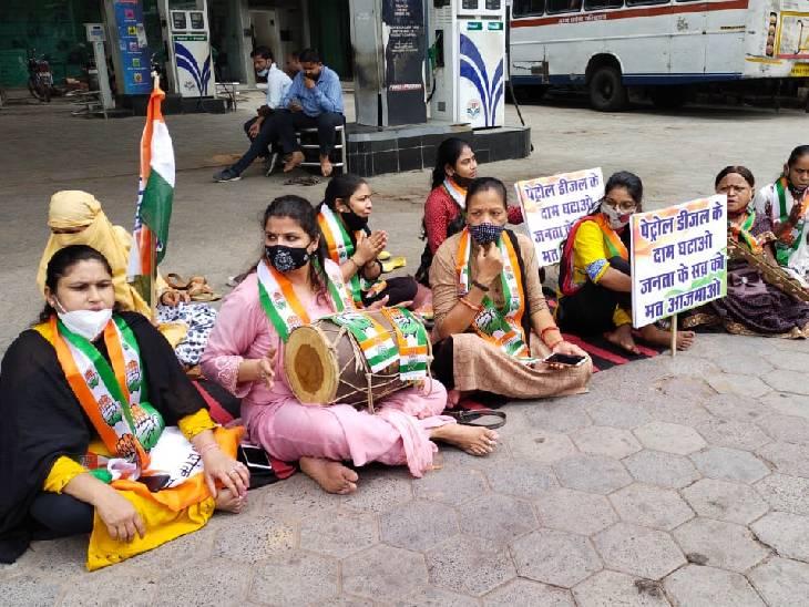 ग्वालियर में महिला कार्यकर्ता ढोलक बजाकर विरोध जताया।