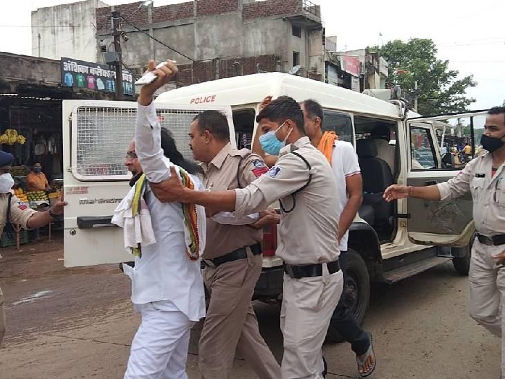 पुलिस ने प्रदर्शन कर रहे कांग्रेस कार्यकर्ताओं को गिरफ्तार कर लिया।