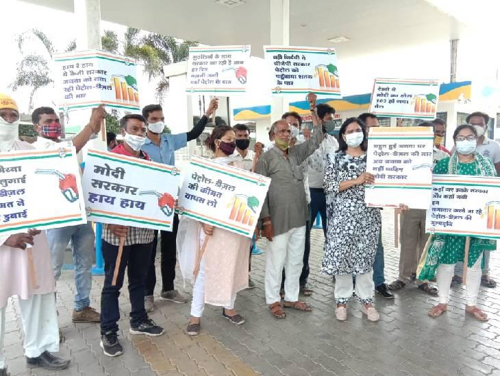 इंदौर में कांग्रेस के कार्यकर्ताओं ने पेट्राेल पंप पर विरोध प्रदर्शन किया।