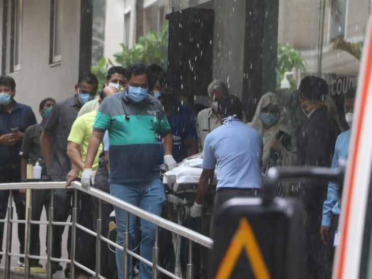 जिस दौरान दिलीप साहब हॉस्पिटल से बाहर निकले मुंबई में बारिश हो रही थी।