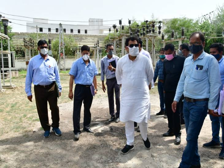 मैनपुरी में ओवरलोडेड ट्रॉसफॉर्मर पर मंत्री नाराज, इंजीनियरों को लगाई फटकार|लखनऊ,Lucknow - Dainik Bhaskar