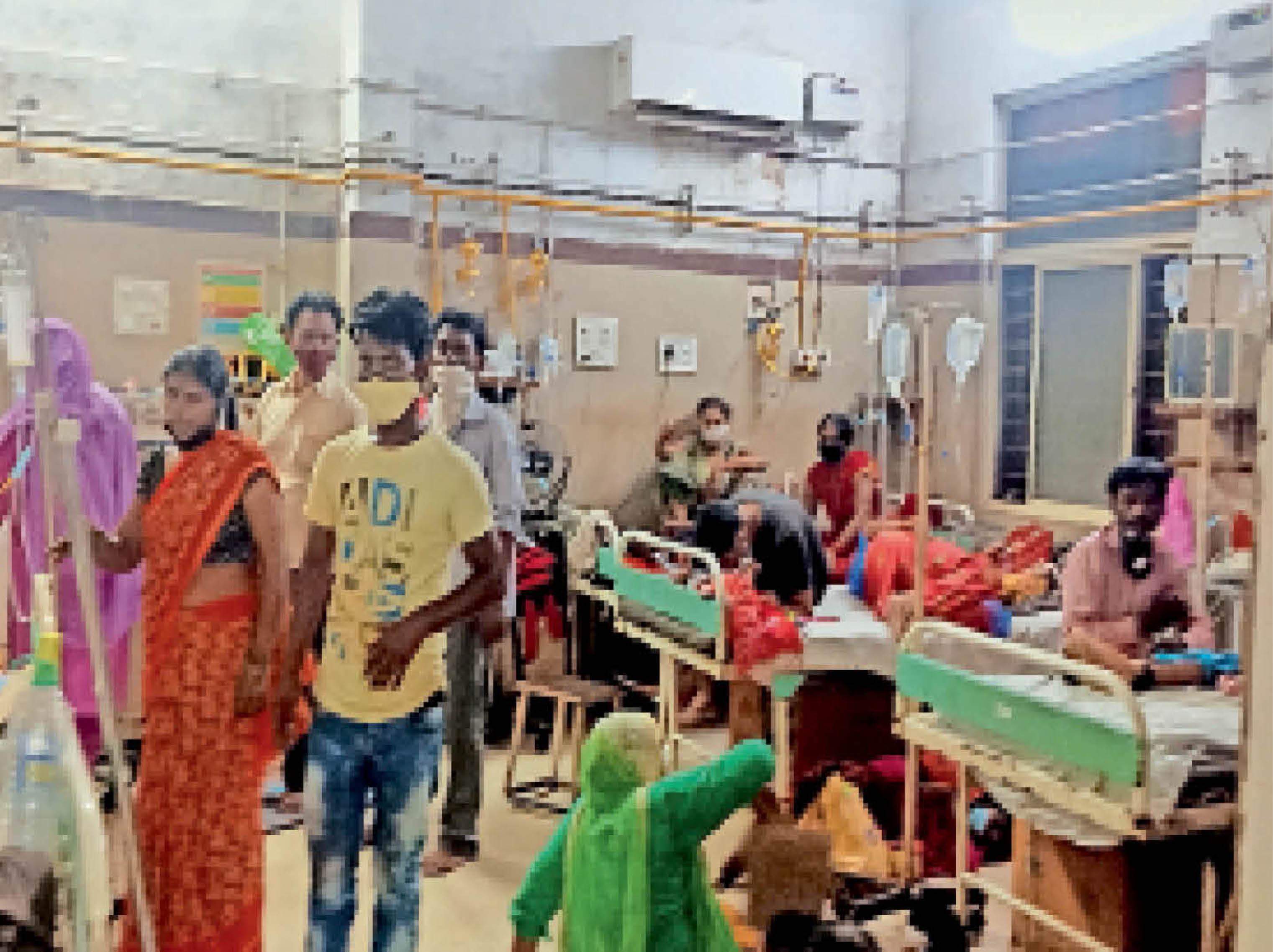 जेएएच में एसी खराब, गर्मी से बेहाल मरीजों के परिजन घर से ला रहे पंखे ग्वालियर,Gwalior - Dainik Bhaskar