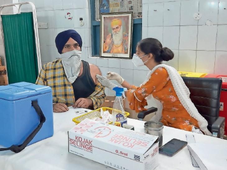 सीवीसी गुरदासपुर में टीका लगाती सेहत मुलाजिम। - Dainik Bhaskar