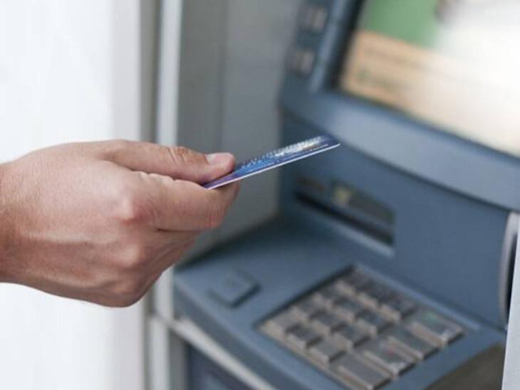 RBI ने 7 साल बाद बदला नियम: अगले साल से ATM से पैसा निकालना पड़ेगा महंगा, महीने में 5 बार फ्री के बाद कैश निकालने पर 21 रुपए लगेंगे