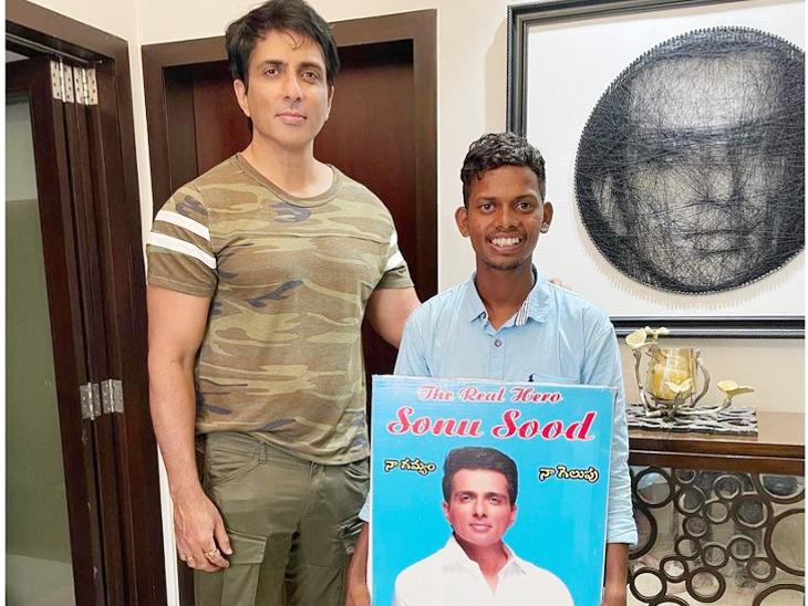Sonu Sood's fan came to meet him barefoot from Hyderabad to Mumbai   हैदराबाद से मुंबई नंगे पांव चलकर पहुंचा फैन, एक्टर ने आभार जताते हुए लिखा- वह वाकई प्रेरणास्रोत है