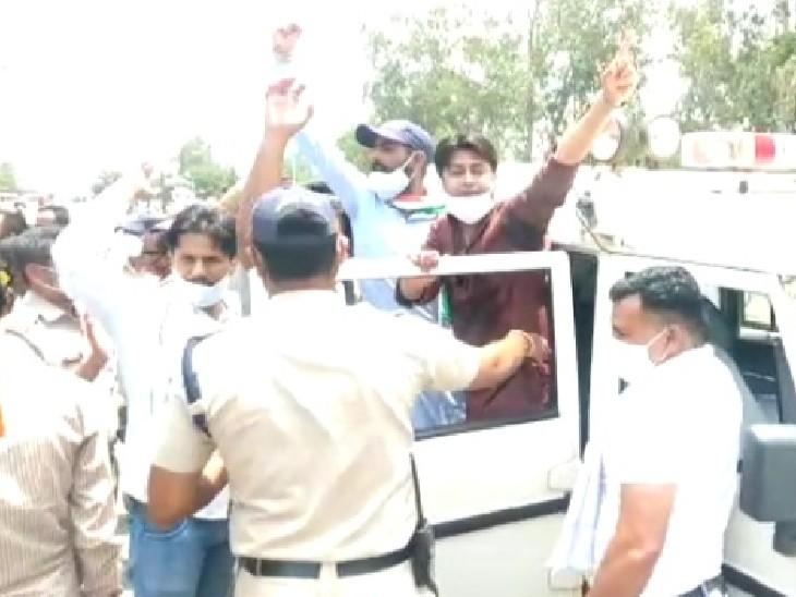 कांग्रेसियों को गिरफ्तार कर गाडी में बिठाती पुलिस - Dainik Bhaskar