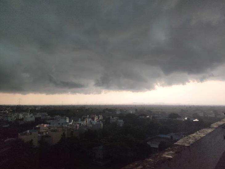 होशंगाबाद में दोपहर बाद काले बादल छा गए।