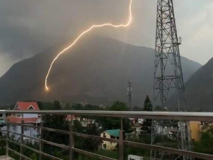 पहाड़ियों पर गिरी बिजली का अद्भुत दृश्य। - Dainik Bhaskar