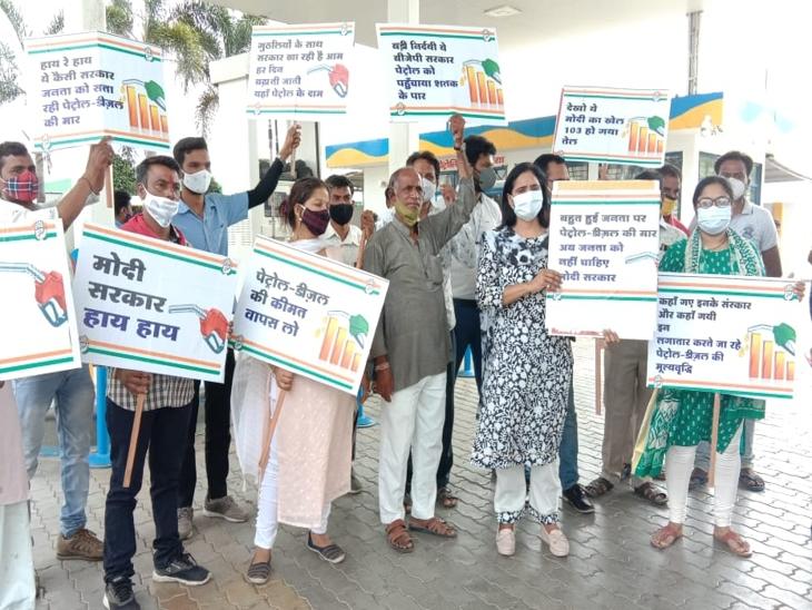 पेट्रोल-डीजल के लगातार बढ़ते दामों पर कांग्रेस शहर में सभी पेट्रोल पम्प पर दो घंटे प्रदर्शन|इंदौर,Indore - Dainik Bhaskar