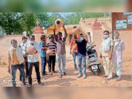 अलीगढ़ में पेयजल संकट, दूसरे दिन भी धरना प्रदर्शन|अलीगढ,Aligarh - Dainik Bhaskar