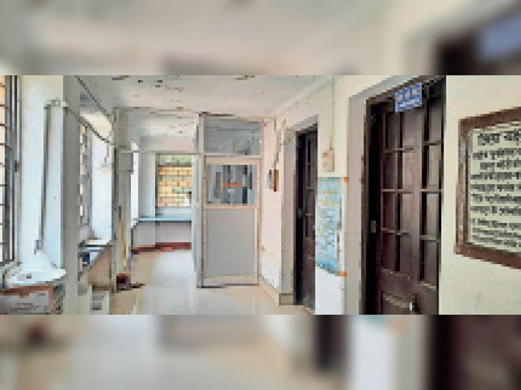 टीबी विभाग में बंद पड़ा कोरोना जांच सेंटर। - Dainik Bhaskar