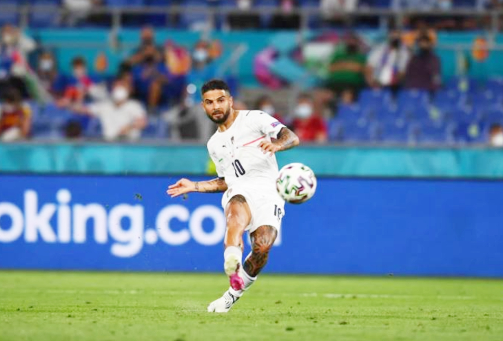 इन्सिग्ने ने इसी कर्व शॉट पर इटली को 3-0 की बढ़त दिलाई।
