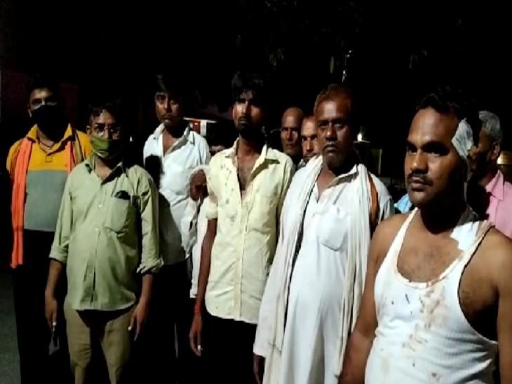 चुनावी रंजिश में दबंगों ने नवनिर्वाचित प्रधान को बंधक बनाकर लाठी-डंडे से पीटा, 40 के खिलाफ FIR आगरा,Agra - Dainik Bhaskar