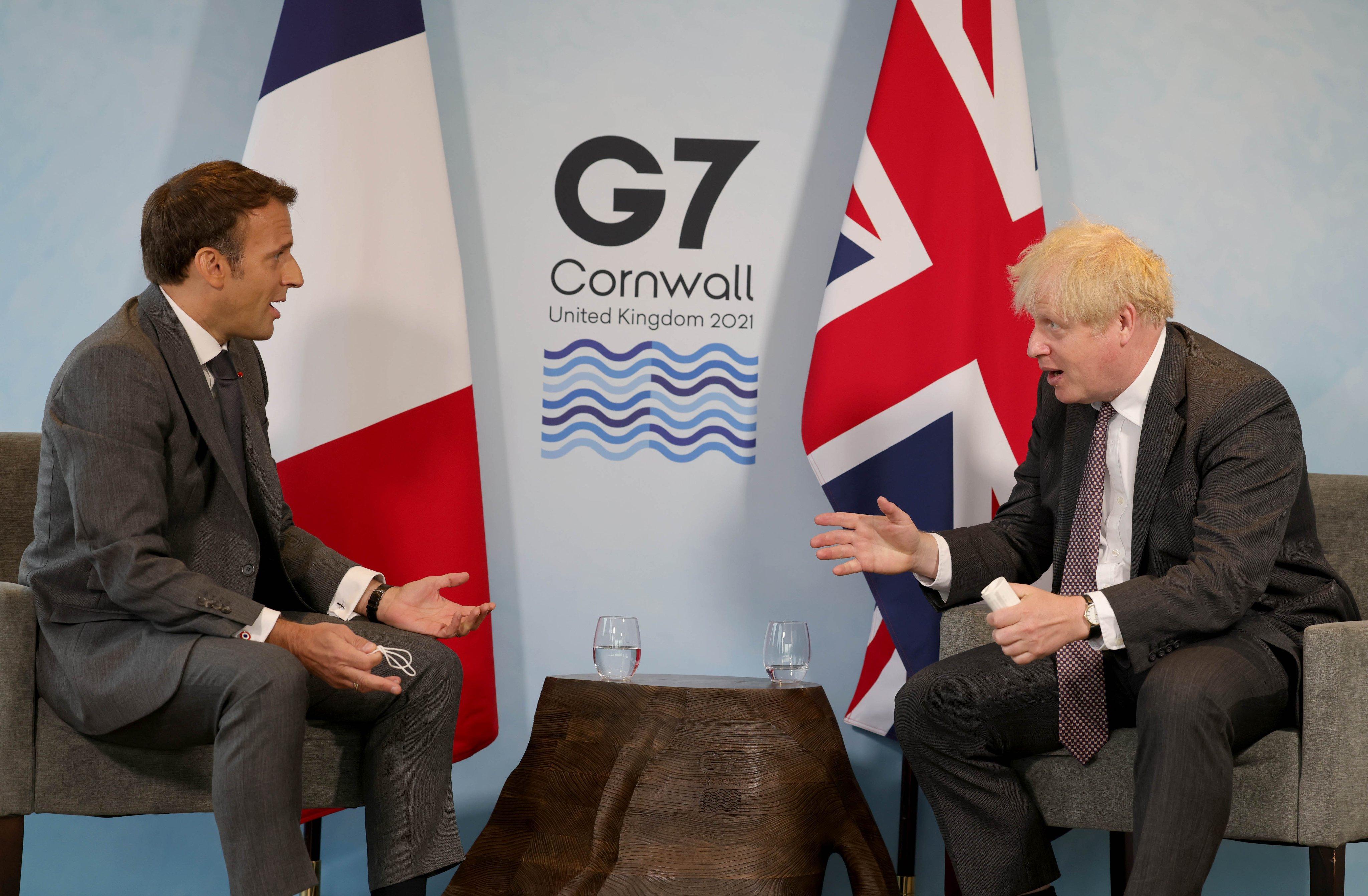 फ्रांस के राष्ट्रपति इमैनुएल मैक्रों से चर्चा करते ब्रिटेन के प्रधानमंत्री बोरिस जॉनसन।