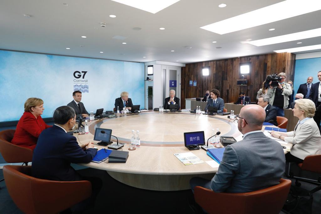 एक टेबल पर जी-7 देशों के नेता।