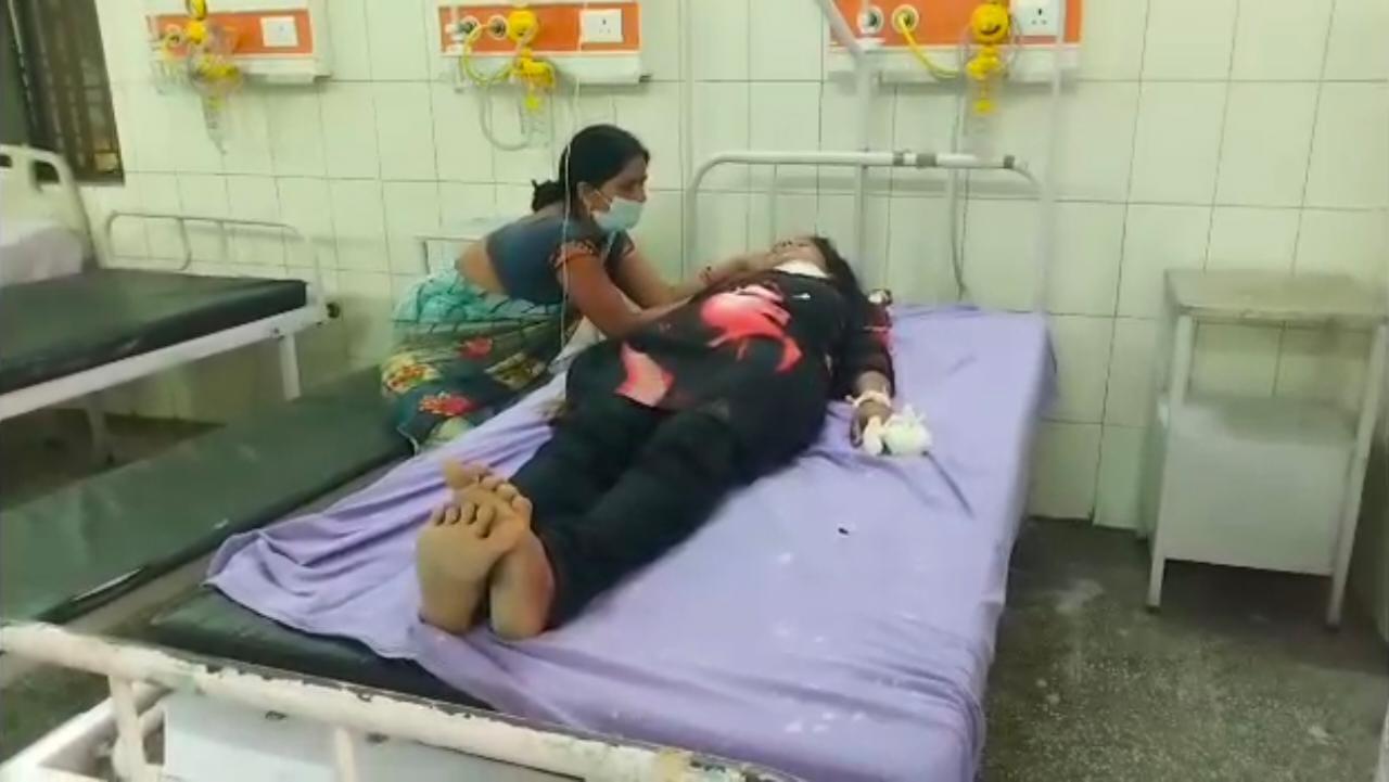 आरोपी ने लड़की के गले पर ही नहीं बल्कि उसके पेट पर भी कई वार किए। इसके बाद उसके हाथ की उंगलियां काट दी। - Dainik Bhaskar