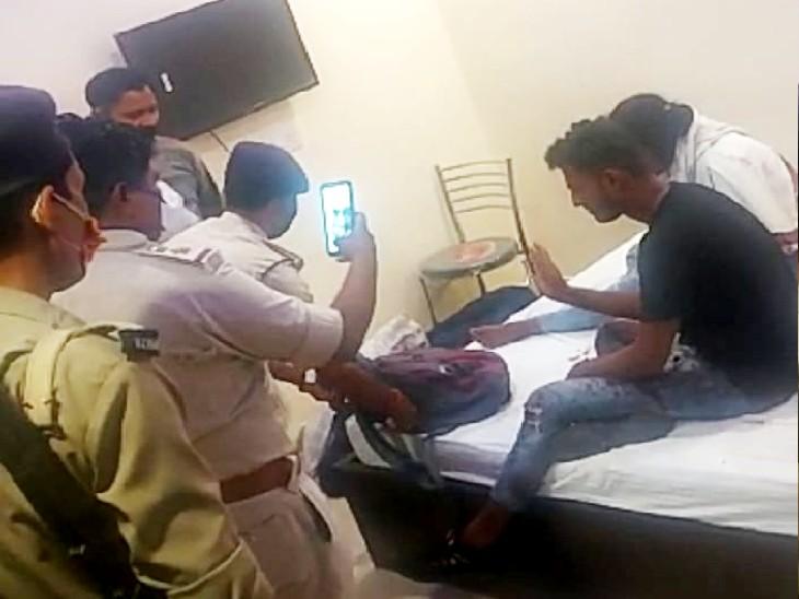 होटल के कमरे में छानबीन करती पुलिस। - Dainik Bhaskar