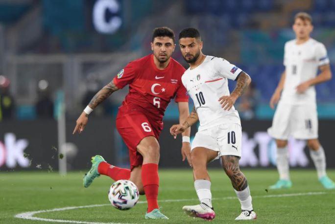 मैच के दौरान तुर्की और इटली के प्लेयर।