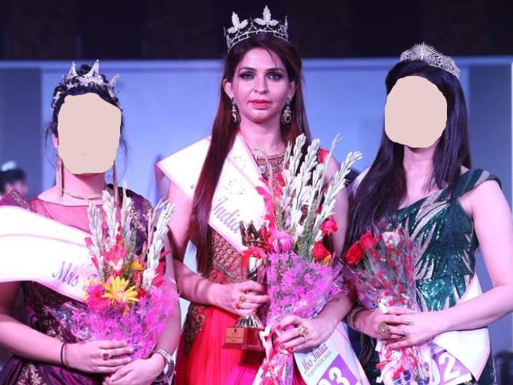 मिसेज इंडिया राजस्थान 2019 की ट्रॉफी के साथ प्रियंका चौधरी।