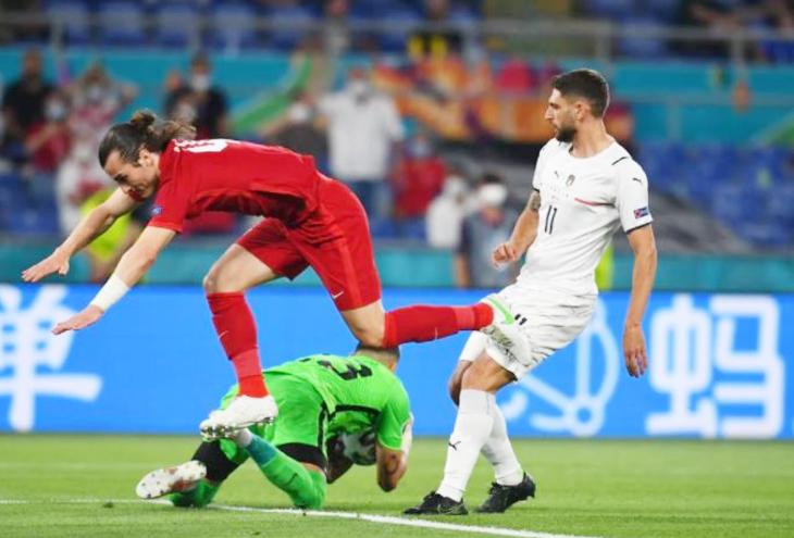 इटली (दाएं) के प्लेयर को ब्लॉक करने की कोशिश करते तुर्की के गोलकीपर सकीर।