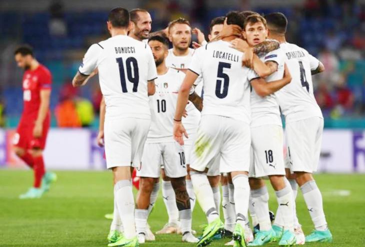जीत के बाद जश्न मनाती इटली की टीम।