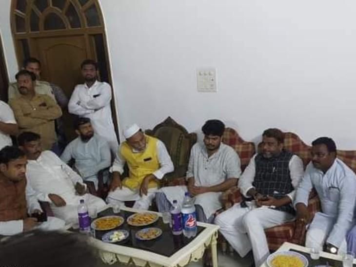 शहाबुद्दीन के बेटे ओसामा से मिलते AIMIM के विधायक। - Dainik Bhaskar
