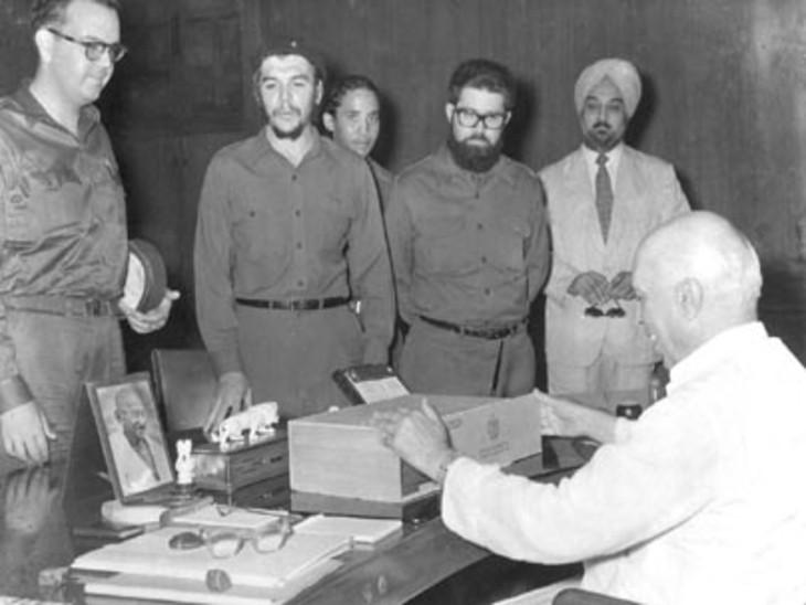 अपनी भारत यात्रा के दौरान चे ने भारतीय प्रधानमंत्री जवाहरलाल नेहरू को सिगार से भरा एक डिब्बा गिफ्ट किया था।