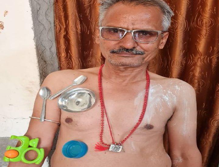 वृद्ध ने कहां वैक्सीन लगाने के बाद बॉडी पर भी चिपक रहे बर्तन, भास्कर ने बॉडी पर पाउडर लगवाया तो नहीं चिपके, गोविन्द बोले मेरी टेंशन खत्म कर दी आपने पाली,Pali - Dainik Bhaskar