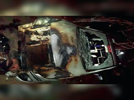 रेलवे कर्मी राकेश पटेल की जली हुई कार। - Dainik Bhaskar