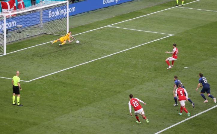 फिनलैंड के गोलकीपर रादेकी ने पेनल्टी पर डेनमार्क के पॉलसन को गोल नहीं करने दिया।