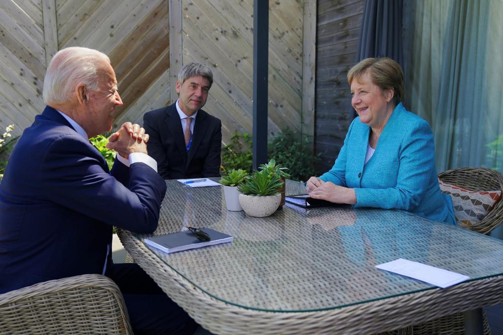 जर्मनी की चांसलर एंजेला मर्केल से चर्चा करते अमेरिकी राष्ट्रपति जो बाइडेन।