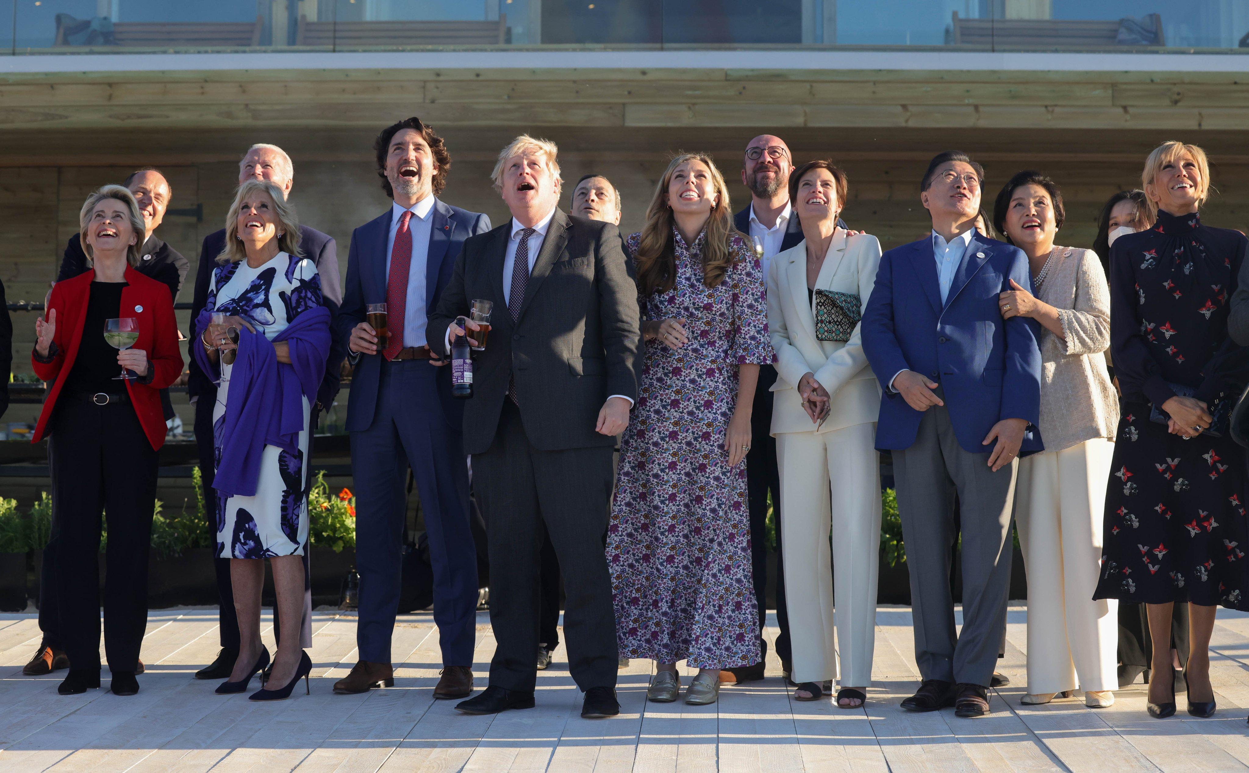 ब्रिटेन की एयरफोर्स की कलाबाजी देखते G-7 देशों के नेता।