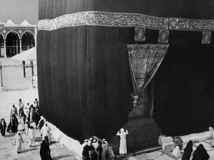 1910 की तस्वीर। उस्मानिया सल्तनत के दौर में काबे को किस्वह से ढांका जा रहा है। -फाइल