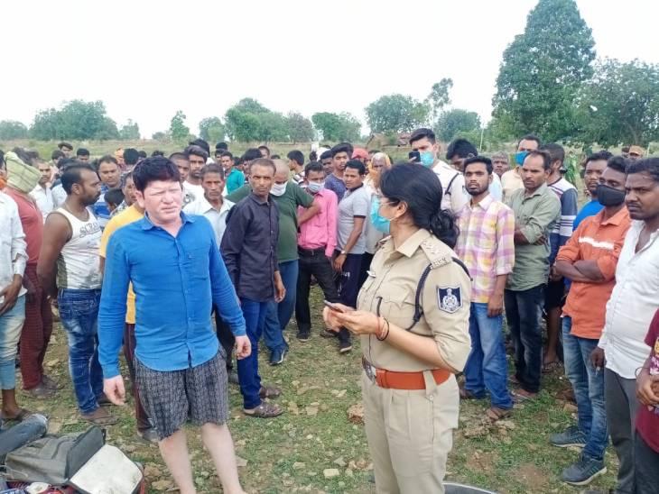 पहली दुर्घटना में बारातियों से भरा पिकअप पलटा, 8 घायल, दूसरे हादसे में जाइलो की टक्कर से बाइक सवार शिक्षक की मौत|रीवा,Rewa - Dainik Bhaskar