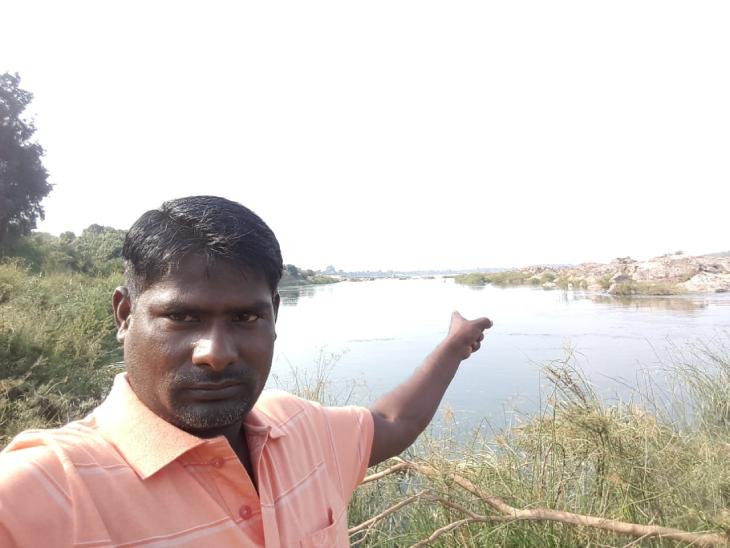 संजय ने गांव की नदी के सीपियों से ही मोतियों की खेती की शुरुआत की थी। तस्वीर में वे नदी के पास खड़े हैं।