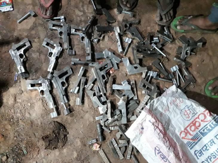 UP ATS व प्रतापगढ़ पुलिस के संयुक्त ऑपरेशन में असलहे की फैक्ट्री का भंडाफोड़, सरगना समेत 6 गिरफ्तार|लखनऊ,Lucknow - Dainik Bhaskar