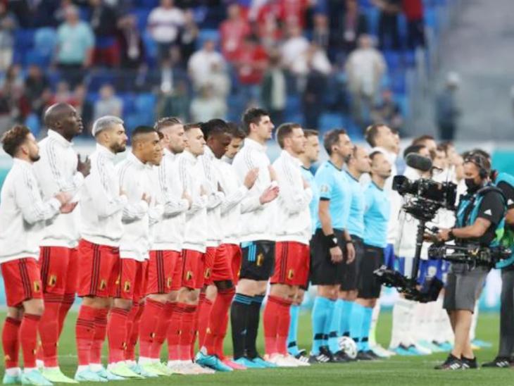 मैच से पहले नेशनल एंथेम के दौरान बेल्जियम और रूस की टीम।