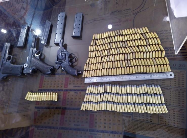 इंदौर में दो बड़े हथियार तस्करों को पकड़ा, तलाशी में मिली एक रिवॉल्वर, दो पिस्टल और 300 से ज्यादा जिंदा कारतूस|जयपुर,Jaipur - Dainik Bhaskar