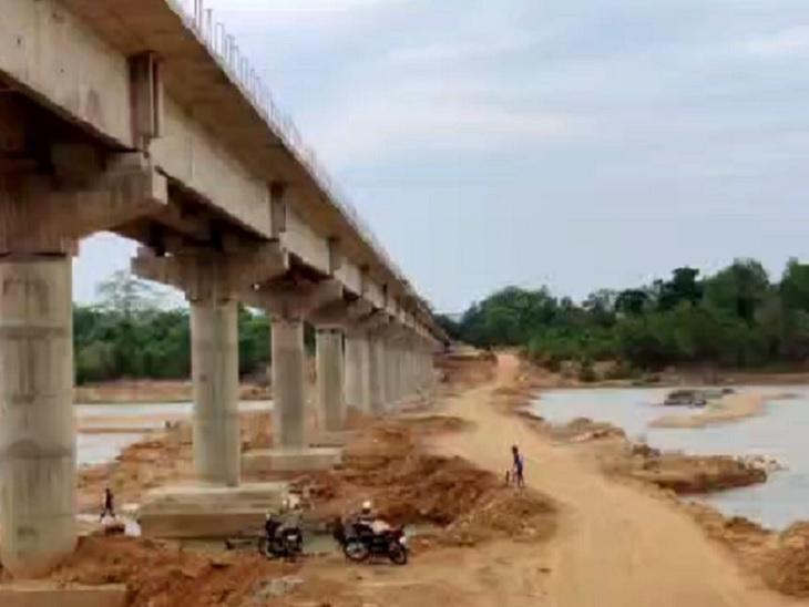 600 जवानों की निगरानी में बन रहे हैं 4 पुल, 100 गांवों तक अब पहुंचेगा राशन; ग्रामीण बोले- खुशी है, लेकिन जाहिर करेंगे तो नक्सली मार देंगे|जगदलपुर,Jagdalpur - Dainik Bhaskar