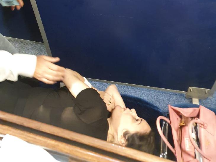 लेबर पार्टी की सांसद एमिली मोएती ने स्ट्रैचर पर लेटकर ही वोटिंग की।