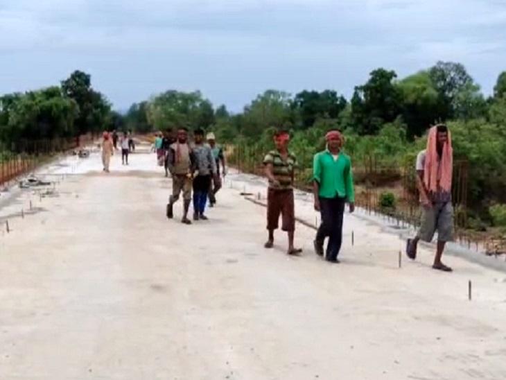 बस्तर के 2 जिलों के नदी पार बसे 100 से ज्यादा माड़ के गांवों को राहत देने दो जिलों में इंद्रावती पर 4 पुलों का निर्माण हो रहा है। ये पूरा इलाका नक्सलियों के कब्जे में है।